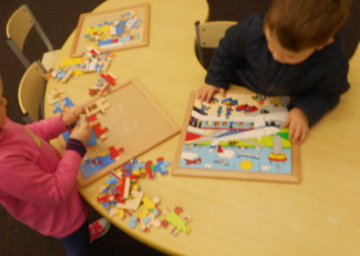 Island Bay Childcare kids putting a pulzz together